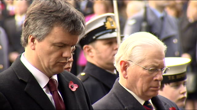 vídeos de stock e filmes b-roll de remembrance sunday services at cenotaph around the country and afghanistan scotland edinburgh people observing 2 minutes silence gv people at... - baixar