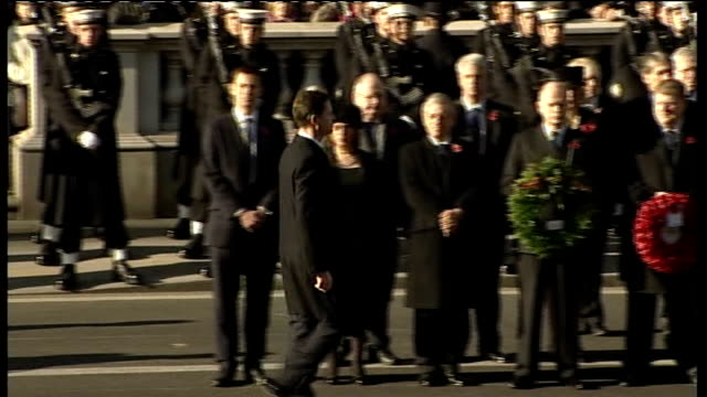 remembrance sunday services at cenotaph cameron laying wreath / clegg laying wreath / miliband laying wreath / nigel dodds mp laying wreath / angus... - 花輪を捧げる点の映像素材/bロール