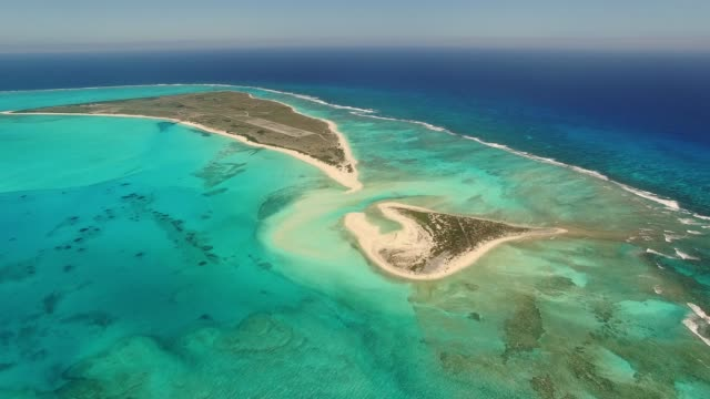 vidéos et rushes de remnants of world war ii are visible in this aerial view of midway atoll's eastern and spit islands. midawy is part of midway national wildlife refuge, battle of midway national memorial and papahanaumokuakea marine national monument. - lagon
