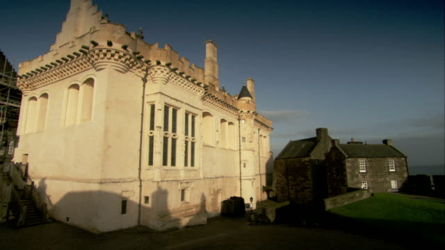 a remodeled building stands next to the original parts of the vars stirling castle in stirling, scotland. available in hd. - スコットランド スターリング点の映像素材/bロール