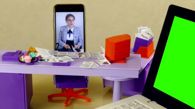 stockvideo's en b-roll-footage met remote access office werk met behulp van videobellen - vrouwelijke gestalte
