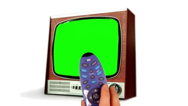 fernbedienung wechselnde tv mit grünen bildschirm. hd - fade in video transition stock-videos und b-roll-filmmaterial