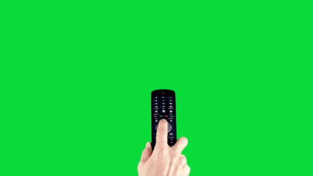 fernbedienung auf chroma key green screen ändert die kanäle - addierrolle stock-videos und b-roll-filmmaterial