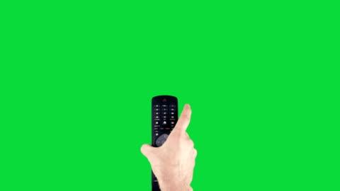 fernbedienung auf chroma key green screen öffnen und herunterfahren tv - addierrolle stock-videos und b-roll-filmmaterial
