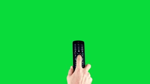 fernbedienung auf chroma key green screen - addierrolle stock-videos und b-roll-filmmaterial