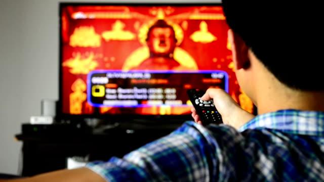 vidéos et rushes de téléviseur avec télécommande et chaînes de télévision en haute définition - télévision haute définition