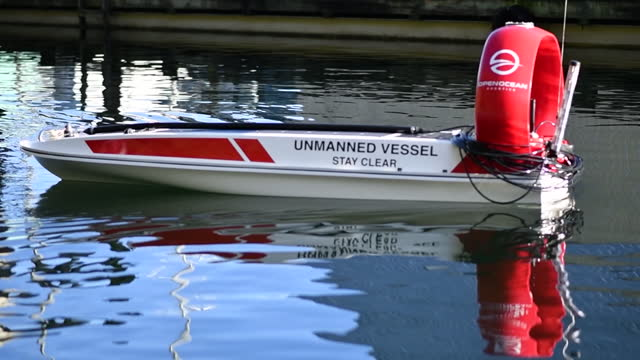 vidéos et rushes de remote controlled solar powered boat designed by open ocean robotics in victoria, british columbia, canada, on wednesday, february 3, 2021. - essai de voiture