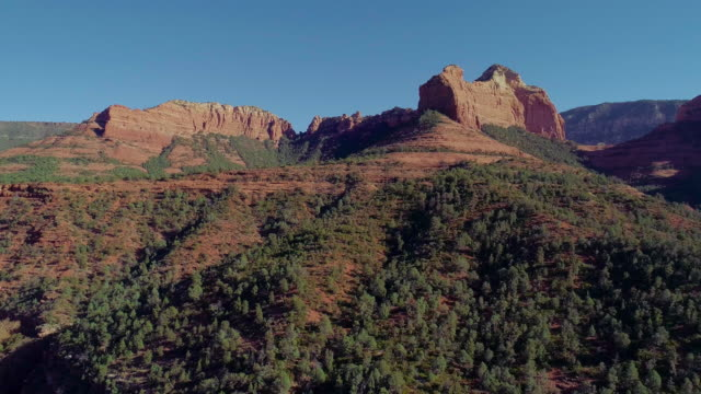 vídeos de stock e filmes b-roll de remote scenic aerial view on the mountains in slide rock state park in sedona, arizona, from the scenic route 89a. drone video with the descending camera motion. - sedona
