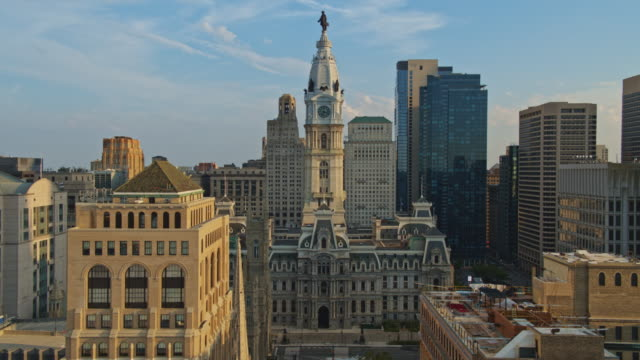 remote view of the philadelphia city hall along with broad street.  drone video with the descending camera motion. - william penn stock videos & royalty-free footage
