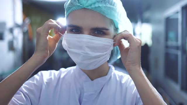 vídeos de stock e filmes b-roll de remove mask portrait - trabalhadora de colarinho branco