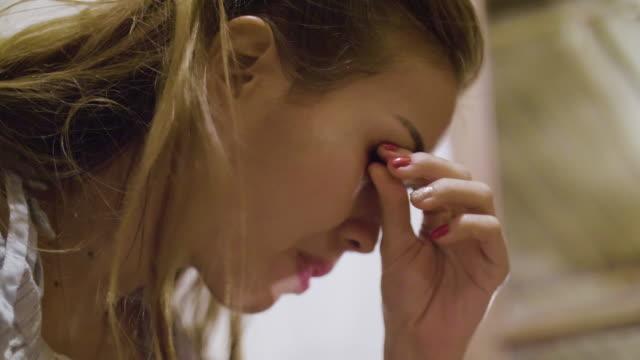 4k: entfernen von make-up wimpern - entfernen stock-videos und b-roll-filmmaterial