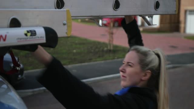 stockvideo's en b-roll-footage met het verwijderen van de ladders - huisbezoek
