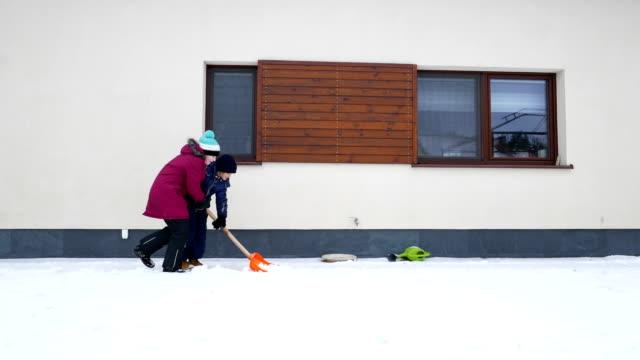 samen met het verwijderen van de sneeuw