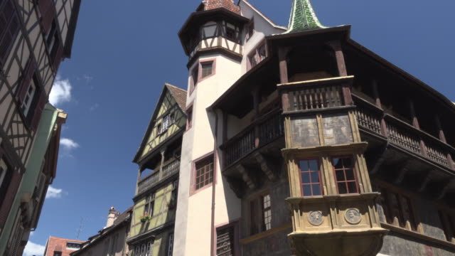pan / renaissance pfister house in colmar - erkerfenster stock-videos und b-roll-filmmaterial