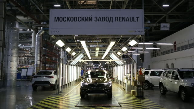 vídeos de stock, filmes e b-roll de renault arkana and duster leaving production line in automobile plant in moscow russia on tuesday may 28 2019 - pano de pó