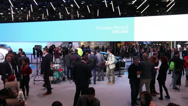 stockvideo's en b-roll-footage met renault ultimo ez concept car at paris motor show in paris france on tuesday october 2 2018 - elektronisch reclamebord