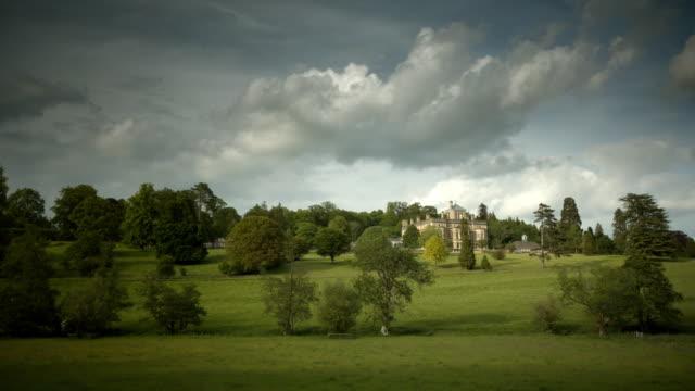 vídeos de stock e filmes b-roll de rendcomb college, listed building - mansão imponente