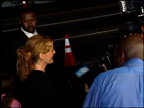 rene russo at the showtime at grauman's chinese theatre in hollywood, california on march 11, 2002. - ショータイム点の映像素材/bロール