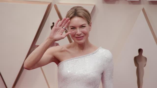 vídeos y material grabado en eventos de stock de renée zellweger at the 92nd annual academy awards - arrivals on february 09, 2020 in hollywood, california. - ceremonia de los óscar