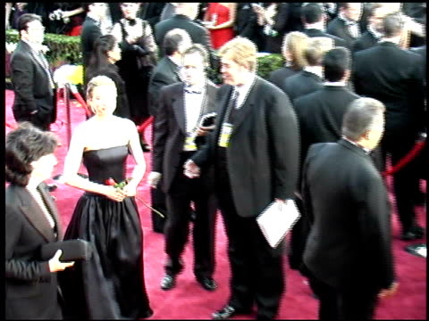 vidéos et rushes de renee zellweger at the 2002 academy awards arrivals at kodak theatre in los angeles, california on march 24, 2002. - cérémonie des oscars