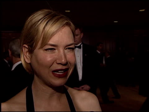 vidéos et rushes de renee zellweger at the dga director's guild of america awards at the century plaza hotel in century city california on march 2 2003 - director's guild of america