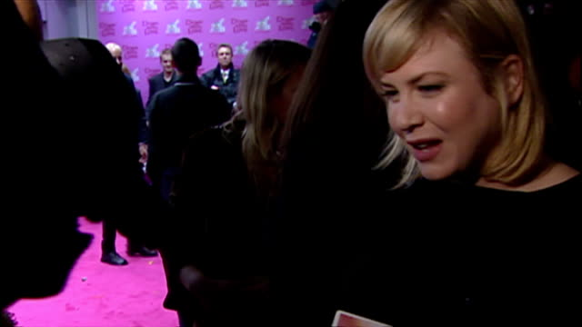 renee zellweger attends down with love premiere shows exterior shots renee zellweger talking to reporters on the red carpet on october 01 2003 in... - renée zellweger stock videos and b-roll footage