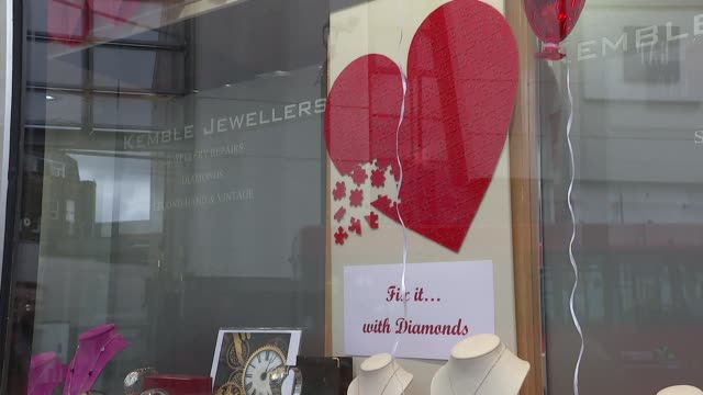 philip hammond comments; england: london: ext valentine's day display in jewellery shop window market stall pillow with slogan 'i love you' on... - バレンタインデー点の映像素材/bロール