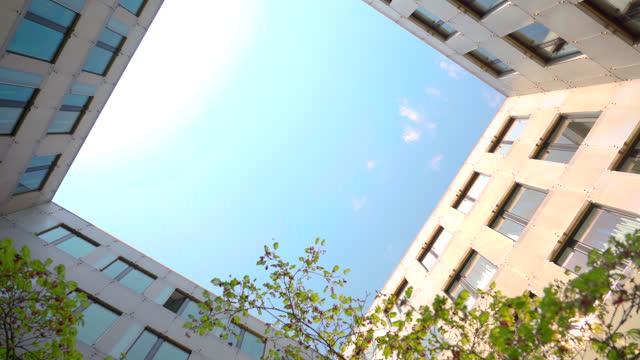 erneuerbare energien und verantwortungsvolles wirtschaften ist die zukunft - atrium grundstück stock-videos und b-roll-filmmaterial