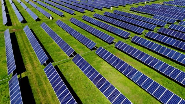 förnybar energi solar panel power planet perfektion - ansvarsfullt företagande bildbanksvideor och videomaterial från bakom kulisserna