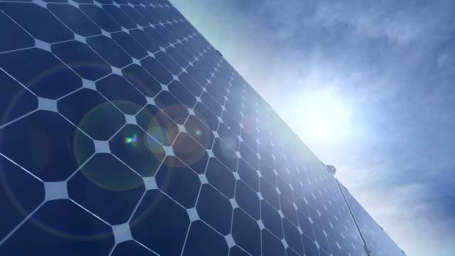 erneuerbare energie solar-panel, zeitraffer - energieindustrie stock-videos und b-roll-filmmaterial