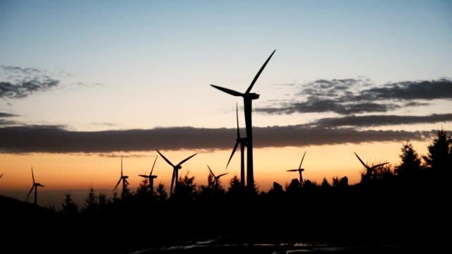 erneuerbare energie mit windturbinen - windenergie stock-videos und b-roll-filmmaterial