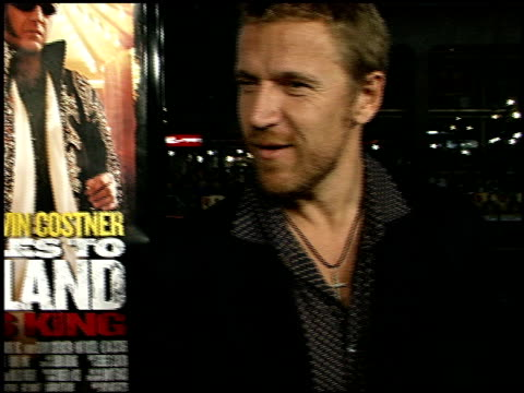 renny harlin at the '3000 miles to graceland' premiere at grauman's chinese theatre in hollywood, california on february 21, 2001. - レニー ハーリン点の映像素材/bロール
