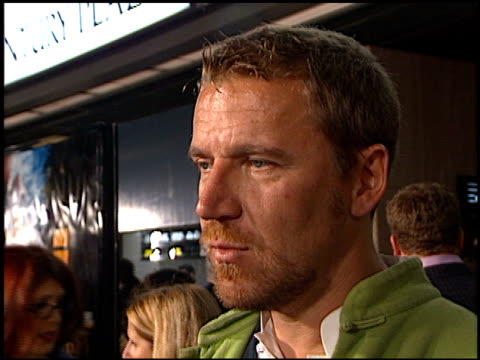 renny harlin at the 'vertical limit' premiere on december 3, 2000. - レニー ハーリン点の映像素材/bロール