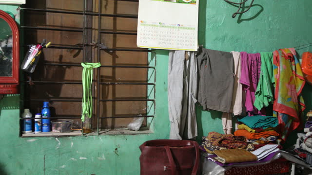 vídeos y material grabado en eventos de stock de rented room of rehana khatun, a 26-year-old mother of two she lost her job during coronavirus pandemic in dhaka, bangladesh on april 22, 2021.... - modo de vida no saludable