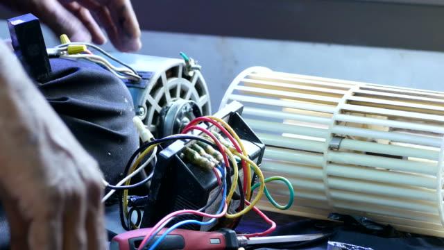 stockvideo's en b-roll-footage met reparatie van airconditioners - electrician