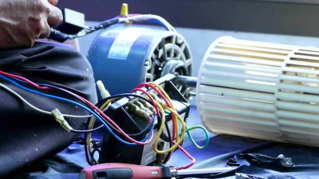 klimaanlage zu reparieren - klimaanlage stock-videos und b-roll-filmmaterial