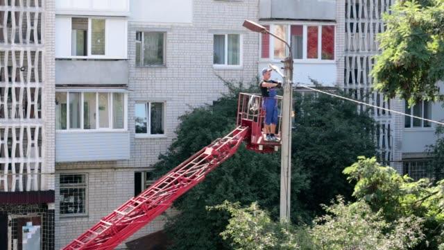 Die Reparatur der Straßenbeleuchtung.