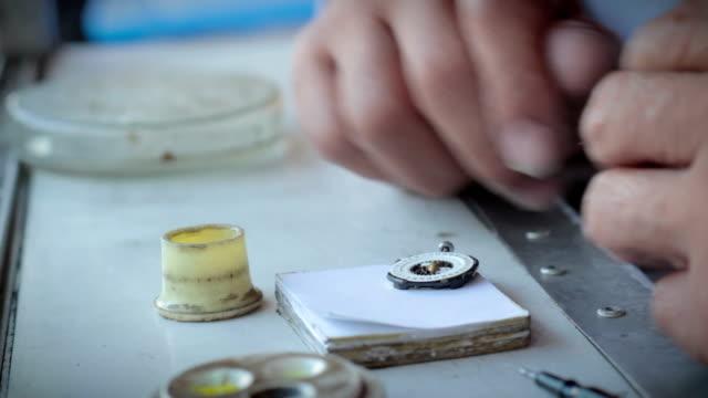 di riparazione orologi - braccio umano video stock e b–roll