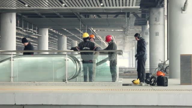 vidéos et rushes de ls repair workers/xian,shaanxi,china - couvre chef