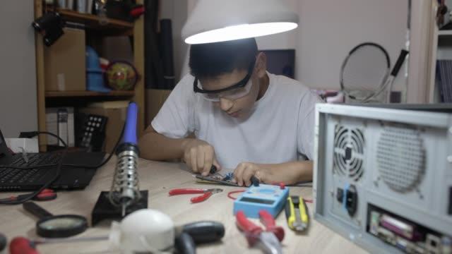 stockvideo's en b-roll-footage met reparatie van computeronderdelen - ecuadoriaanse etniciteit
