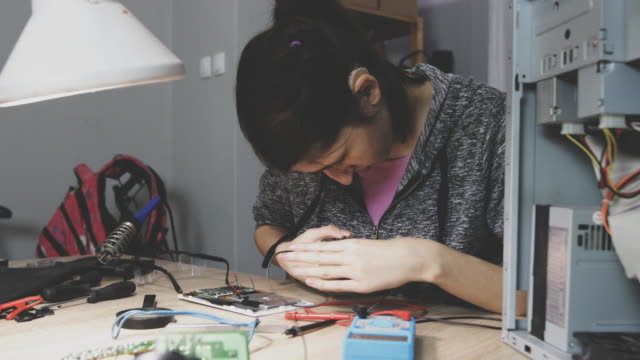 repairing computer parts - tecnologia assistiva video stock e b–roll