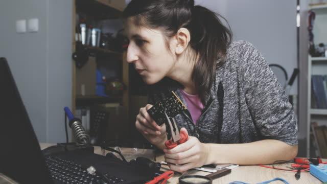 vídeos y material grabado en eventos de stock de reparación de piezas de computadora - sordera