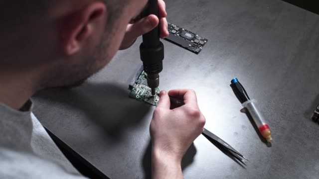 teil der computer reparatur - techniker stock-videos und b-roll-filmmaterial