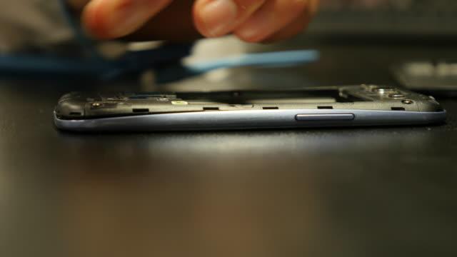 vidéos et rushes de repairing the electronics component of a smart phone - réparer