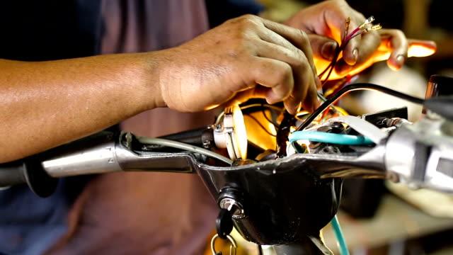 vidéos et rushes de réparation de moto vintage - réparer