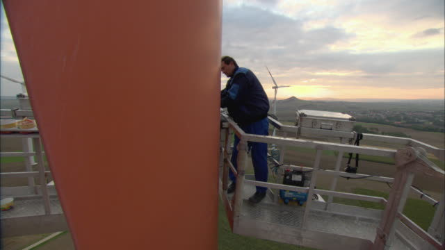 ws ha td tu repairman fixing wind turbine / paderburne, germany - windenergie stock-videos und b-roll-filmmaterial