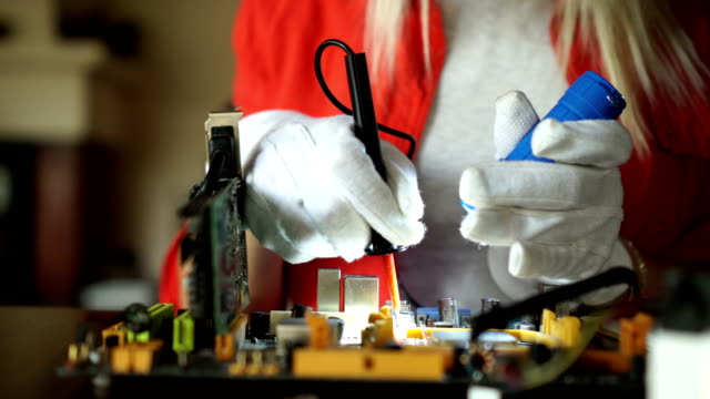 vídeos de stock, filmes e b-roll de reparador em luvas usar lanterna e reparação parte do computador - placa mãe