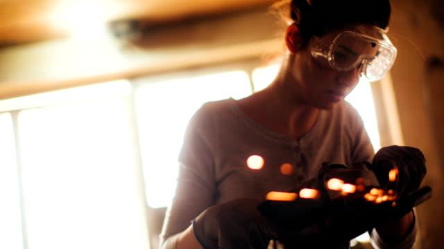 repairwoman using a grinder - girl power stock videos & royalty-free footage