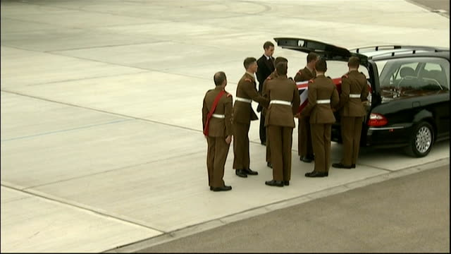 repatriation of british soldiers killed in afghanistan coffin being placed in hearse - carro funebre video stock e b–roll
