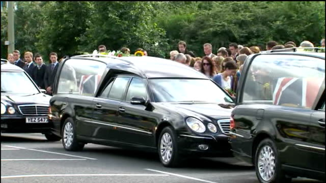 stockvideo's en b-roll-footage met repatriation of british soldiers killed in afghanistan; england: oxfordshire: carterton: ext three hearses along past family and frieds at roadside... - repatriëring